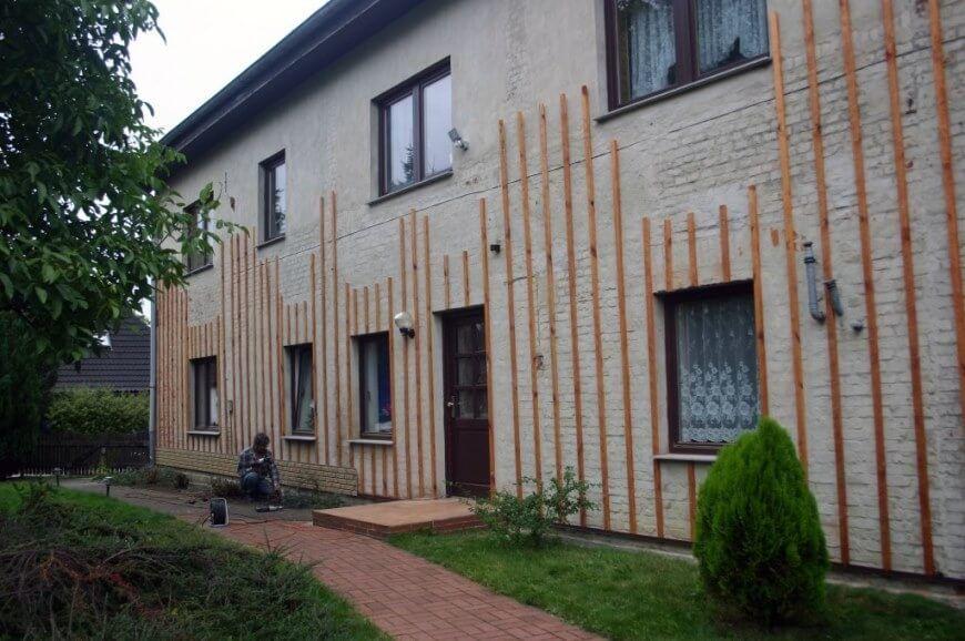 Erste Reihe der Hausfassade installieren