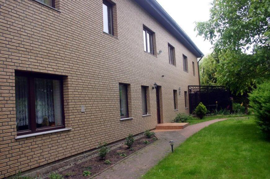 fertige Hausfassade mit Klinkerplatten aus Kunststoff